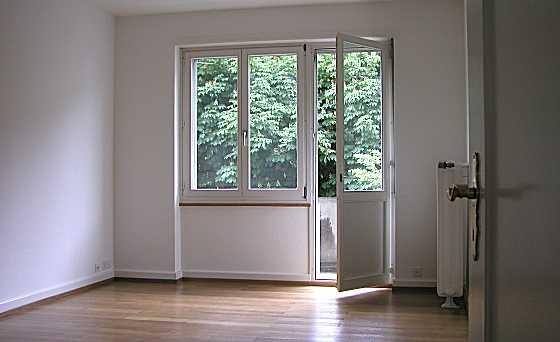 Wohnzimmer mit Türe zum kl. Balkon